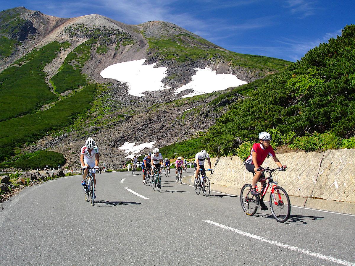 県道乗鞍岳線で行なわれる大会。背後は乗鞍大雪渓