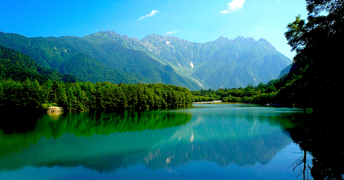 真夏の大正池。岳沢と穂高連峰