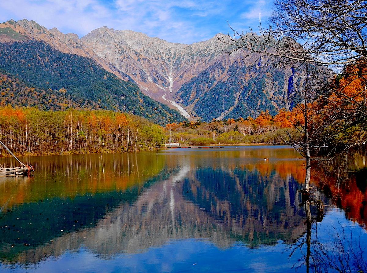 秋の大正池。岳沢の紅葉が素晴らしい